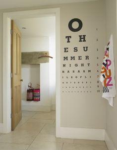 To rozwiązanie idealne dla okularników! Niebanalne, estetyczne i praktyczne - co prawda nigdy nie zastąpi profesjonalnego badania lekarskiego, ale za to możemy je sobie uatrakcyjnić jakimś ciekawym mottem albo ulubionym cytatem :)