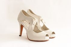 TIAMO Capellada: Color crudo origen italiano con un vivo en color blanco Forro: De piel muy suave Taco:10.5 cm Plataforma:1.3 cm de plataforma cubierta Altura real del calzado:9.2 cm (10.5 cm de taco -1.3 de plataforma) Cómoda plantilla de armado: Origen italiano Suela: De cuero Colores: Combinación a tu gusto. #shoes #bridal #wedding #design #lailafrank #white #novia #luxury #boda #casamiento #party #zapato #tacos Bridal, Peep Toe, Base, Wedding, Shoes, Fashion, Leather, Over Knee Socks, Fur