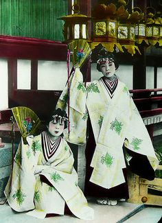 A costume with layers stands for high prestige.  Saimo-san, probably historical costumes you have seen in the museum are Heian court ladies costume called Juni-hitoe(十二単, twelve-layer robe).  Miko(巫女)/Dancers in Kagura costumes with layers, Kasuga-taisha(春日大社, Kasuga Grand Shrine ):Ca.1900-10 glass slide image by T. ENAMI of Yokohama.