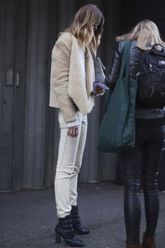 Street Style shearling jacket with white jeans Rock Style, Style Me, Peau Lainee, Look Boho, Rocker, Winter Stil, Winter Coat, Shearling Jacket, Winter Looks