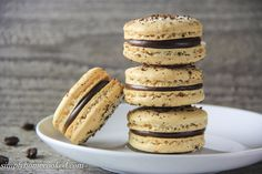An easy step-by-step guide to get perfect macarons every time. This coffee macaron recipe is full of rich espresso and a smooth chocolate ganache. Macron Recipe, Macarons, Macaron Cookies, Coffee Macaron, Coffee Varieties, Best Espresso, Espresso Coffee, Blended Coffee, Relleno
