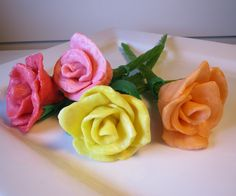 Starburst Candy Roses: These candy roses are incredibly simple, cheap and fun to make! Give away these one of a kind treats to your sweetheart this Valentine's Day. Candy Art, Candy Crafts, Fun Crafts, Starburst Candy, Candy Flowers, Candy Leis, Gourmet Apples, How To Make Rose, Jolly Rancher