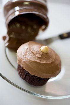 vanilla chOcOlate hazelnut cupcake with chOcOlate hazelnut frOsting