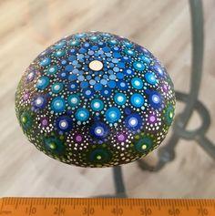 Deze met liefde en zorg gemaakte Mandala steen is geschilderd met Acrylverven en beschermd met matte vernis plus UV Protectant om verkleuring te voorkomen. Het geheel is waterdicht, breedte 6,5x6,5 cm en dikte ca. 3 cm.