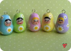 Matryoshke in fimo colori pastello e margherite dipinte - Fimo pastel colours Matryoshkas charm with handpainted daisies, polymer clay