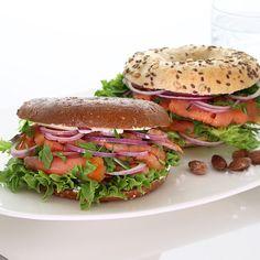 """""""Sunde og velsmagende Bagels med friskrøget laks og sprød salat. Lige så godt dette er for øjet er disse også for maven. Prøv dem hos @kokkenogjomfruen…"""""""
