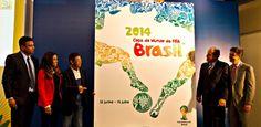 Pernas, fauna e flora dão forma ao pôster da Copa do Mundo de 2014; veja o cartaz | Foi divulgado nesta quarta-feira, no Rio de Janeiro, o pôster oficial da Copa do Mundo de 2014. A imagem é um mapa estilizado do Brasil, com os contornos definidos por desenhos de duas pernas disputando uma bola, além de imagens da fauna e da flora brasileira. O cartaz da primeira Copa no Brasil também teve um jogador e uma bola. http://mmanchete.blogspot.com.br/2013/01/pernas-fauna-e-flora-dao-forma-ao.html