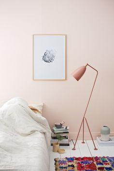 Trend: soft pink walls Soft pink walls and white floors create a calming and bright setting for a sunny interior look.Soft pink walls and white floors create a calming and bright setting for a sunny interior look. Pale Dogwood, Murs Roses, Deco Rose, Turbulence Deco, Modern Floor Lamps, Modern Lighting, Lighting Ideas, Lighting Design, Pink Room