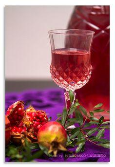La prima operazione da fare è sgranare i chicchi del melograno, il metodo più comodo e veloce è quello di dividere in due con un coltello il frutto e far cadere i chicchi battendo con un mestolo sulla scorza il quantitativo di melograni da sgranare dipende dalla loro dimensione, per 500 gr di chicchi ne servono 5 - 6 di medie dimensioni Cocktail Drinks, Alcoholic Drinks, Beverages, Beautiful Fruits, Sweet Cakes, Healthy Drinks, Wine Recipes, Italian Recipes, Yogurt