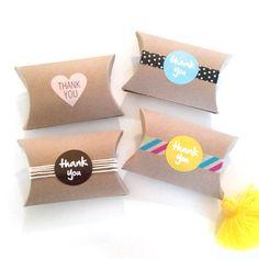 Deze aanbieding is voor 12 lege kraft kussen dozen. (zie laatste foto)  grootte: 3.5 x 3 x 1(8,9 cm x 7,6 cm x 2.5 cm)   * de eerste drie beelden zijn slechts voorbeelden van hoe u uw lege dozen decoreren kunt * stickers en versiering zijn niet inbegrepen *   geweldig voor kleine geschenken, sieraden, snoep, gift cards en gunsten