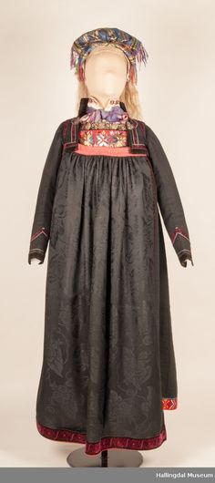 Stutt jakke Øvre hallingdal Folk Costume, Costumes, Going Out Of Business, Bridal Crown, Beautiful Outfits, Norway, Textiles, Museum, Band