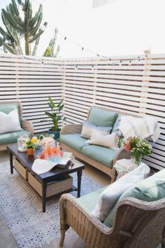 Budget Patio Makeover That's Renter-Friendly Take a look at this budget patio makeover that makes the most of a small outdoor space. it's a renter-friendly patio upgrade completed in just one weekend! Patio Privacy, Pergola Patio, Diy Patio, Backyard Patio, Privacy Screens, Pergola Kits, Backyard Ideas, Backyard Landscaping, Modern Pergola
