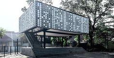 Una biblioteca di quartiere in Indonesia con un involucro di barattoli di gelato riciclati che oltre a schermare dal sole e dalla pioggia contengono un bellissimo messaggio in codice binario.
