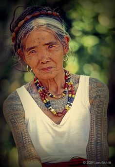 The beautiful Whang Od, of the Philippines, adorned with priceless heirloom beads and a subtle smile. She is the last Kalinga mambabatok or tattoo artist. We Are The World, People Around The World, Costume Ethnique, Beautiful People, Beautiful Women, Filipino Tattoos, Ageless Beauty, Portraits, Mode Style