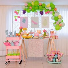 Um arraso de festa com o tema Frutas! Credito: @toquedelas Foto: @larissamincov Acervo: @ellas.tem Balões: @balloonsfest Bolos: @vaiterboloartesanal Doces: @tchabidoces Biscoitos decorados: @docefestejar Identidade visual: @papel.e.amor #Festainfantil #FestaFrutas #Frutas #FestaMenina #FF Watermelon Birthday Parties, Fruit Birthday, 2nd Birthday Party Themes, Fruit Party, Baby Party, Birthday Party Decorations, Tutti Frutti, Modern, Birthday Party Ideas