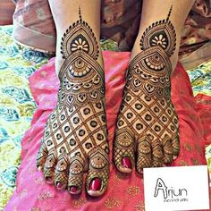 Already bought a pretty pair of payal to flaunt at your Mehndi? Take a pick from our favourite simple foot mehndi design ideas and slay the day in style, girl. Mehndi Designs Feet, Full Hand Mehndi Designs, Mehndi Designs Book, Mehndi Designs For Girls, Mehndi Design Photos, Beautiful Mehndi Design, Arabic Bridal Mehndi Designs, Engagement Mehndi Designs, Dulhan Mehndi Designs