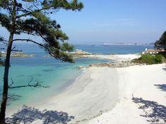 Playa Barreiriño. Esta preciosa playa se encuentra cerca de la necrópolis de Adro Vello (s. VI - XVII), al oeste de O Grove. Sus arenas blancas y sus aguas turquesas forman otro rincón paradisíaco a muy poca distancia del Gran Hotel La Toja.