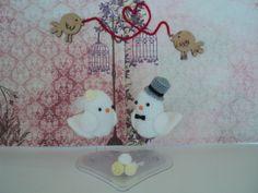 Os topos de bolos são feitos artesanalmente em crochê.  Você pode optar por mudar a cor do buquê, cor da flor que acompanha o véu e do chapéu juntamente com a gravata.  As medidas são aproximadas.  INFORMAMOS QUE POR FALTA DE OPÇÕES DO FORNECEDOR AS BASES DOS TOPOS DE BOLOS DOS NOIVINHOS PODEM VIR DIFERENTE DAS FOTOS. COMO EXEMPLO FORMATO DE CORAÇÃO, REDONDA OU RETANGULAR.  QUALQUER DÚVIDA, SÓ ENTRAR EM CONTATO NA COLUNA AO LADO NA ABA CONTATAR VENDEDOR.  ATENCIOSAMENTE. R$ 200,00