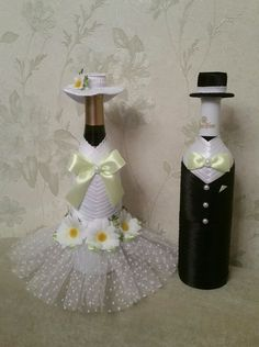 We have collected some awesome wedding bottle decor ideas. It will make your wedding table decorations perfect. Check out these wedding bottle DIY ideas on a budget to get some help. Wine Bottle Covers, Wine Bottle Art, Wine Bottle Crafts, Bridal Wine Glasses, Wedding Bottles, Wedding Table Decorations, Bottle Painting, Diy, Decorative Bottles