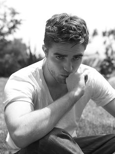 Robert Pattinson, He was good in Twilight, but I didn't think he was anything more then a pretty face until Water for Elephants. I look forward to seeing where his career takes him. Robert Pattinson Twilight, Edward Cullen, Nikki Reed, Kristen Stewart, Die Twilight Saga, Twilight Edward, Beautiful Men, Beautiful People, Gorgeous Guys