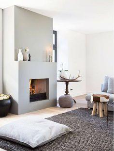 Open haard in strakke gestucte schouw met warme accessoires #interieur