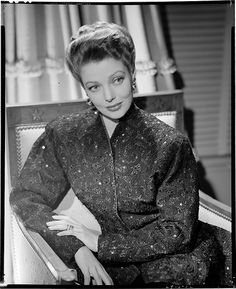 Portrait of Loretta Young by John Engstead, 1941 Golden Age Of Hollywood, Hollywood Glamour, Hollywood Stars, Classic Hollywood, Old Hollywood, Hollywood Divas, Hollywood Homes, Child Actresses, Actors & Actresses