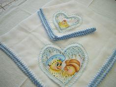 Kit fralda de boca e manta fralda com pintura e acabamento em crochê