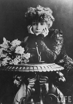 The Divine Sarah Bernhardt, Famous Belle Epoque French Theatre Actress Art… Art Nouveau, Easy Waves, Lou Doillon, French Girl Style, Look At The Stars, French Actress, Photo Postcards, Vintage Images, Retro Vintage