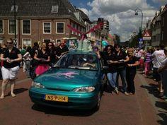 Ook de Roze Muggen liepen mee in de parade van Roze Zaterdag in Haarlem.