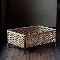 初田 徹 | 衣の籠 - Analogue Life Bamboo Furniture, Kids Furniture, Furniture Design, Bamboo Art, Bamboo Crafts, Bamboo Weaving, Basket Weaving, Irori, Basket Crafts