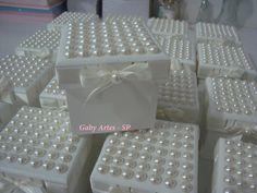 Linda caixa passa fitas com tampa cravejada com meia pérolas  um mimo para lembrancinha de maternidade,casamento,batizado,madrinhas..    caixa toda em madeira  minimo de 10 unidades