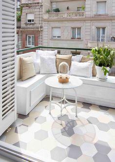 Terraza de un apartamento pequeño decorado en blanco