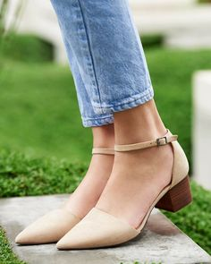 Ligth tan pointe toe with a low heel