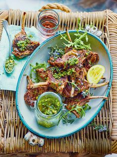 Chuletas de cordero persa con salsa de cilantro y pistaches/12 lamb chops large in French court (the bone clean) 1 tsp. ground cardamom 1 tsp. cinnamon 1 tsp. ground coriander seeds 1 tbsp. chopped fresh rosemary ( with flowers, if possible ) 3 tbsp. of extra virgin olive oil 2 cloves garlic, crushed 1 lemon zest Arugula leaves , to serve For cilantro sauce and pistachios 30 g of pistachios 1 bunch fresh cilantro leaves 1 clove garlic , crushed 150 ml of extra virgin olive oil 1 tbsp. lemon…