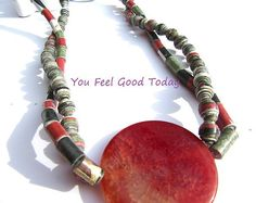 Paper beads necklace in rasta colours  Guarda gli oggetti unici di YouFeelGoodToday su Etsy, un mercato globale del fatto a mano, del vintage e degli articoli creativi.