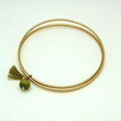 Bracelet jonc en laiton doré mat, verre de bohème et pompon vert www.lisamia.fr