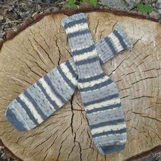 Die handgestrickten Wollsocken sind optimal für die Übergangszeit, da sie durch den hohen Wollanteil über die perfekten Eigenschaften verfügen: Wolle ist sowohl atmungsaktiv als auch wärmend, sie passt sich optimal an die Gegebenheiten an! Sie sind zudem gleich dünn, wie normale Socken, sodass sie in jeden Schuh passen und durch die Strickweise von der Kappe aus, haben sie KEINE lästige Naht an den Zehen, und damit keine Druckstellen! In verschiedenen Größen und Farben erhältlich! Wool Socks, Sock Yarn, Arm Warmers, Hand Knitting, Shoemaking, Wool, Colors, Breien, Nice Asses