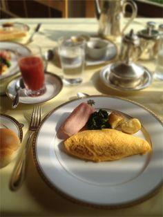 <日光金谷ホテルの朝食>ここだけ時間が止まったように感じるクラシカルなホテル。ドライブして、名物の朝食を食べ、ベーカリーでパンを買って帰ります。  日光市上鉢石町1300(ギンザ編集部)【GINZA編集長 中島敏子】 lexus.jp/... ※掲載写真の権利および管理責任は各編集部にあります。LEXUS pinterestに投稿されたコメントはLEXUSの基準により取り下げる場合があります。