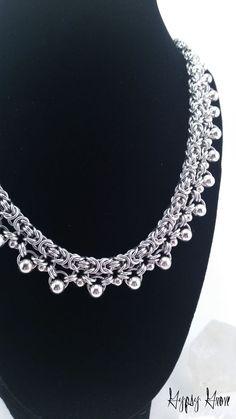 Ce doit être un de mes morceaux coup de coeur. Jamais. Ce collier possède la beauté classique de larmure Byzantine, mais avec une touche spéciale. Autour de la longueur de la chaîne se bloque une multitude de perles en métal argentés. Il a un peu de la grille / dentelle look à elle. Cest une pièce magnifique.   * Détails en aluminium brillant chainmaille dans une armure Byzantine perle collier est réglable de 18 à 19 (environ). Largeur est un peu plus de 0,50.