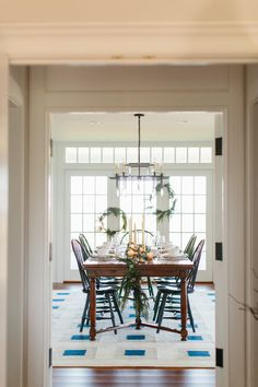 New England and Nantucket Inspired Holiday Decoration Ideas New England Decor, New England Homes, New England Style, Dining Room Inspiration, Holiday Tables, Dining Room Design, Rustic Chic, Dinner Table, Interior Decorating