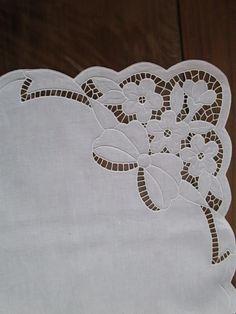 angolo tovaglietta centrotavola fiori intaglio