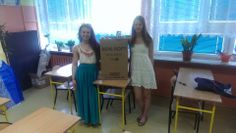 Dominika Rachwał z koleżanką Olą Grochowską zorganizowały zbiórkę środków czystości na terenie naszej szkoły (Gimnazjum nr 11 w Warszawie)