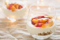 Ken je peche melba? Dit franse toetje werd bedacht doorGeorges Escoffier, het originele dessert bestaat uit gepocheerde perziken, vanille-ijs en frambozensaus. Deze ingrediënten inspireerden me om deze trifle te maken …