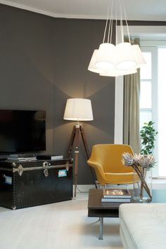 I denne Oslo-leiligheten er alle vegger grå Dark Walls, Grey Walls, Interior Decorating, Interior Design, Interior Ideas, Room Lamp, Midcentury Modern, Accent Decor, Sweet Home