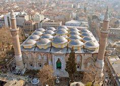Ulu cami/Bursa/// Bursa'da I. Bayezid tarafından 1396-1400 yılları arasında yaptırılmış dini yapıdır.Türkiye'deki iç cemaat yeri en geniş camidir.