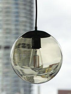Mundgeblasene Glaskugel-Hängeleuchte Ø 25 cm, mit bersteinfarben gelüstertem Kugelglas