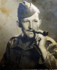 Jorge Nalvo nasceu em 17/04/1918, em Cajobi, no norte de SP. Nalvo foi um dos raros soldados que tiveram a preocupação de legendar suas imagens de guerra. Guardou tudo em um baú. E lá esse material ficou até o momento que familiares as encontraram.