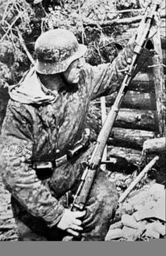 A rare photo of a Waffen SS soldier attaching a rifle grenade to his Mauser… German Soldiers Ww2, German Army, Luftwaffe, K98, Germany Ww2, German Uniforms, Ww2 Photos, War Photography, Panzer