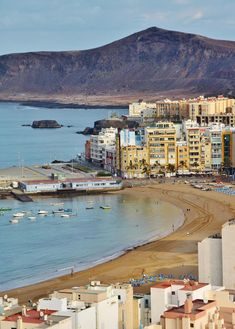 Las Coloradas tras la playa de las Canteras en Las Palmas de Gran Canaria Places In Spain, Places To Go, Tenerife, Island Design, Spain And Portugal, Island Beach, Canary Islands, Spain Travel, Best Hotels