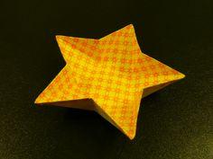明日は七夕...生憎の天気が続いていますが、牽牛と織姫は年に一度の逢瀬を果たすことができるでしょうか???今回は七夕にちなんで星型の器の折り方をご紹介します。(いつもの折紙教室で教わりましたが、オリジナルの作者はわかりません*。)*2011.5.16追記:読者の方から、オリジナルの作者が阿部恒さんかもしれないと教えていただきました。著書『すごいぞ折り紙折り紙の発想で幾何を楽しむ』に折り方が掲載されているそうです。著作権に抵触するかもしれないので、ご本人と連絡が取れないor取れても許可が下りない場合は、近日中にこの記事から折り方部分を削除します。ご了解ください。2011.5.20追記:作者の阿部恒さんと連絡をとり、「まったく問題ないのでどんどん紹介してください」とのありがたいお返事をいただきました(*^▽^*)...